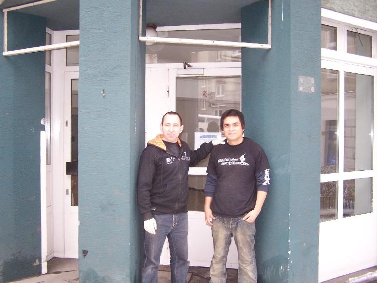 Unser erstes Foto vor dem eigenen Geschäft