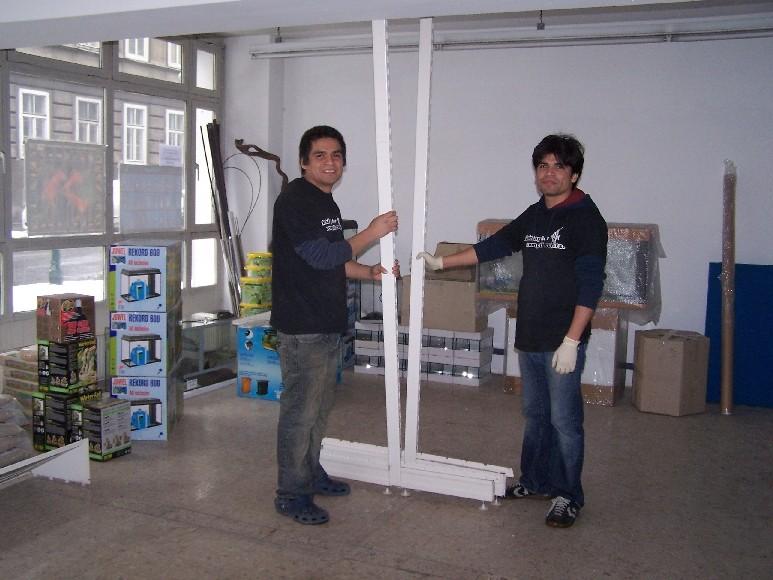 Der erste Meter des Verkaufsregales wird aufgestellt