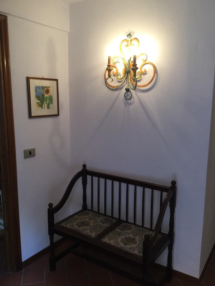 Sitzgelegenheit und Garderobe