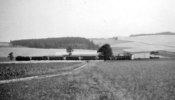 """Eine Garnitur wie sie in den 50érn üblich war. Eine 86 zieht einen Zug mit 6 """" Donnerbüchsen """". Unterwegs ist die Fuhre hier zwischen Neustadt und dem BÜ Langenwolmsdorf. 1958, Archiv: Dieter Wustmann"""