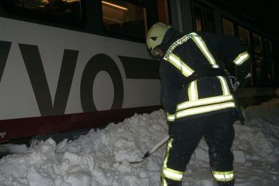 Die Kameraden der Freiwilligen Feuerwehr Neustadt und Polenz mussten sich zunächst einen Weg zu den Passagieren schaufeln - die Türen waren blockiert, 20.12.2010