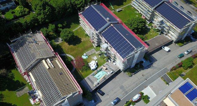 Thermische Dachsanierung für 6 Mehrfamilienhäuser mit je ca. 21 kWp. Bild: Weiss+Appetito
