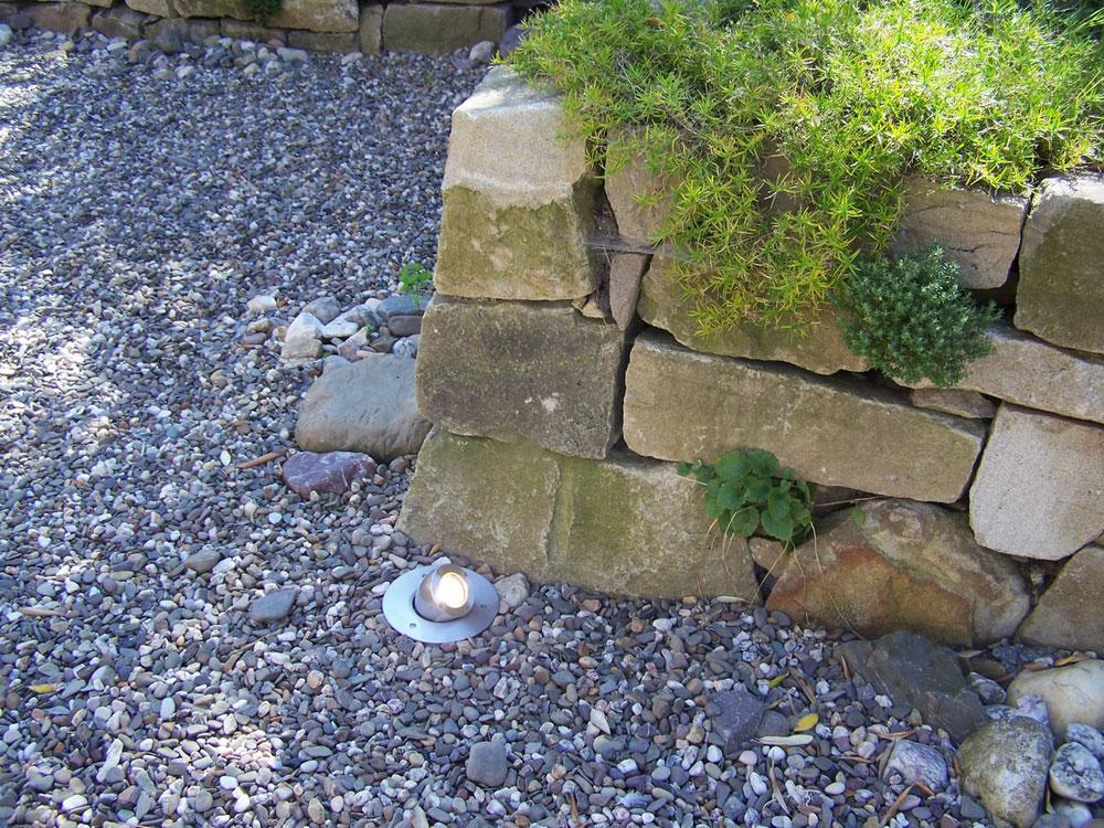 Dieser Strahler wird komplett im Erdreich versenkt. Dadurch kann er auch senkrecht nach oben strahlen, um z.B. Baumspitzen anzustrahlen. Durch den beweglichen Leuchtenkopf kann aber auch eine Steinmauer, Büsche oder andere Pflanzen, angestrahlt werden.