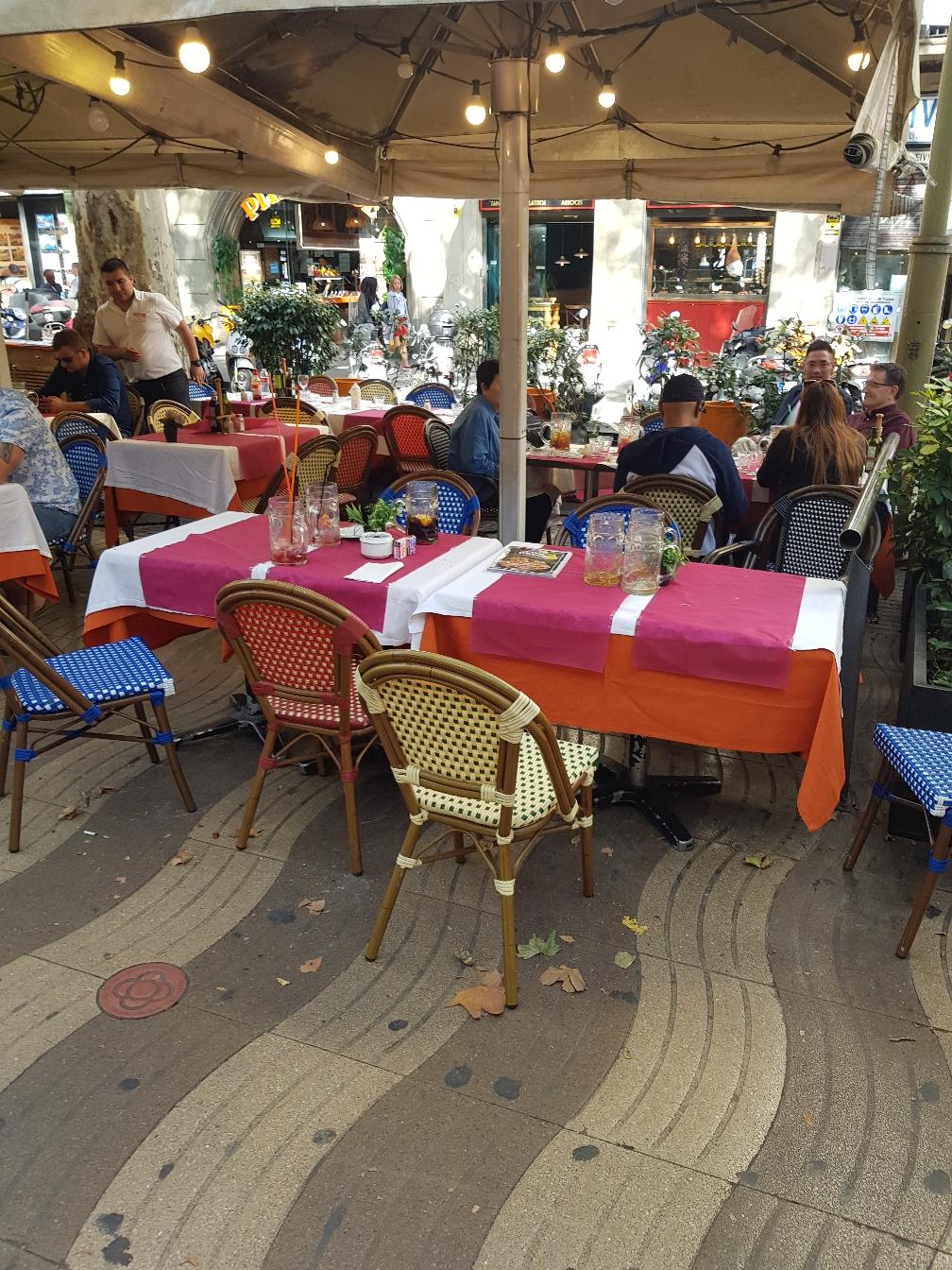 Eins von vielen restaurants an der Rambla, wo man diese riesen Getränke bekommt