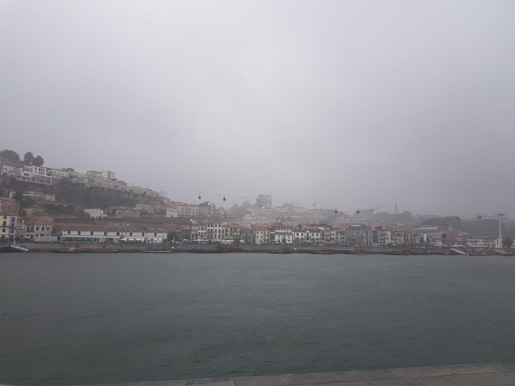 Die Seilbahn, welche den Cais de Gaia, die Uferpromenade am Douro, mit dem am Hochufer gelegenen Park Jardim do Morro verbindet
