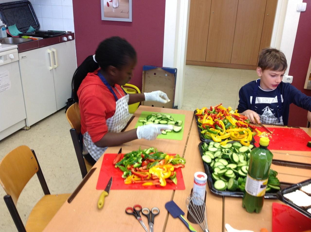 Die Kinder helfen mit großer Freude mit.