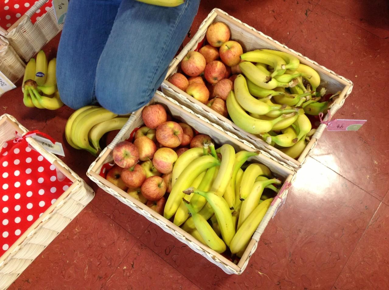 Jede Klasse bekommt ein Körbchen mit Bananen und Äpfel