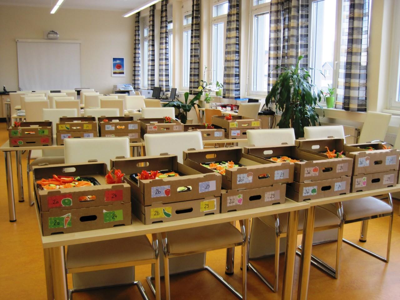 Die fertigen Kisten stehen im Konferenzzimmer für die Abholung bereit.