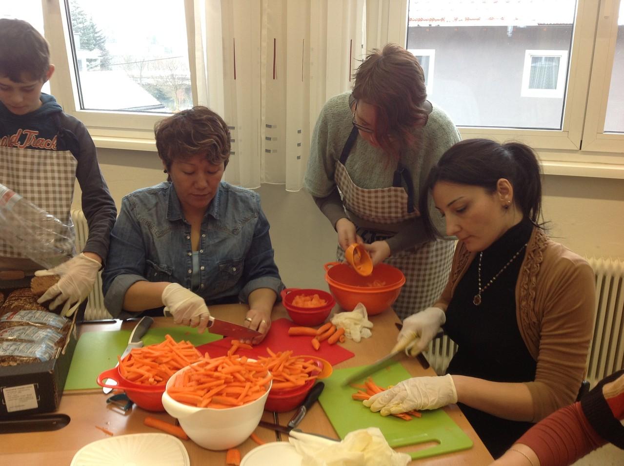 Die Karotten werden geschnitten und gespitzt