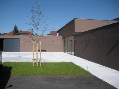 Innenhof, rechts Eingang Abelenzium, links Theaterraum. In der Mitte ein Apfelbaum