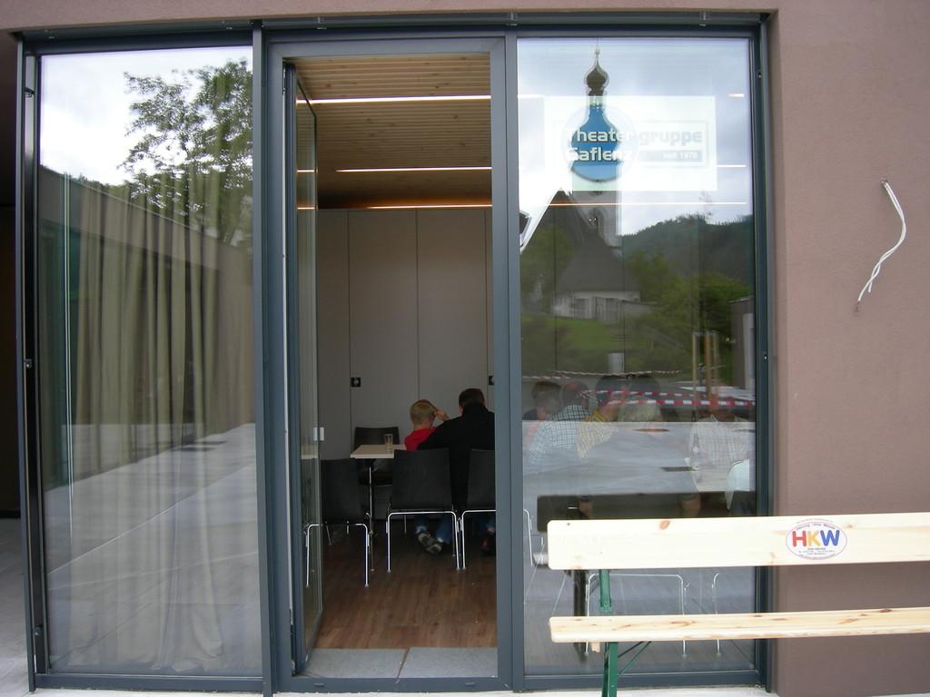 Spiegelungen im Abelenzium: Theaterraum, Kirche und Theaterlogo