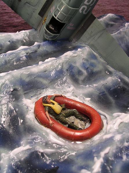 Das Gummischlauchboot bekommt diesen seidenmatten Glanz- im Bootinnern darf es ruhig glänzen, hier hat sich schon eine Menge Wasser gesammelt.