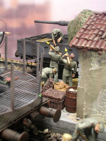 Durchblick auf den Munitionsverladetrupp.