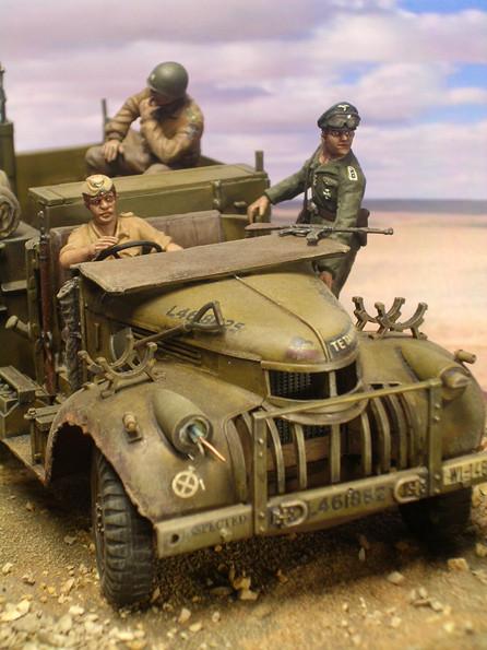 Die lädierte Front des Chevrolets, beachte die Drähte am Scheinwerfer und die natürlich Haltung der Figuren.