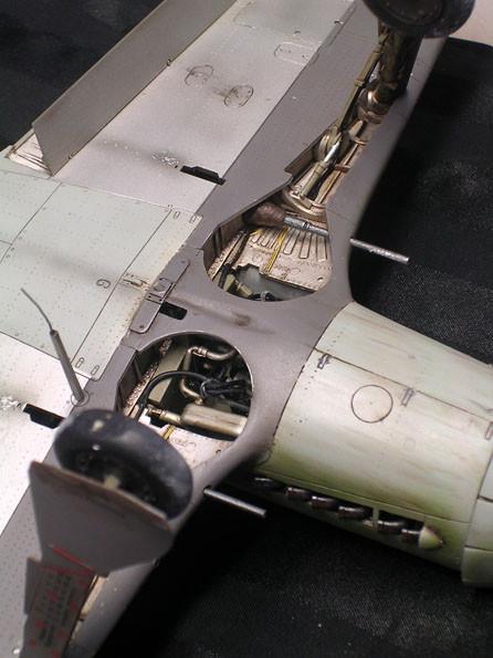 Perfekte Fahrwerksschächte mit Leitungen und Durchblick auf die Maschinenkanonen, schön gealtert. Smoek-Spuren an den Auswerföffnungen..