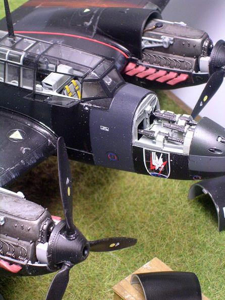 Groß das Geschwaderwappen des NJG.1 direkt unter der Waffenschachtabdeckung.