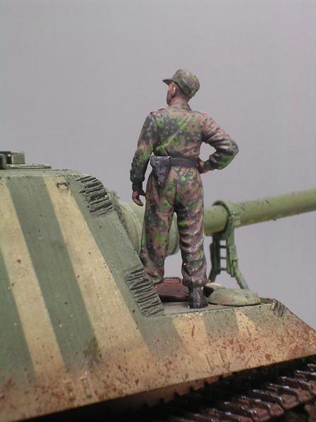 Besatzungsmitglied in Tarnuniform.