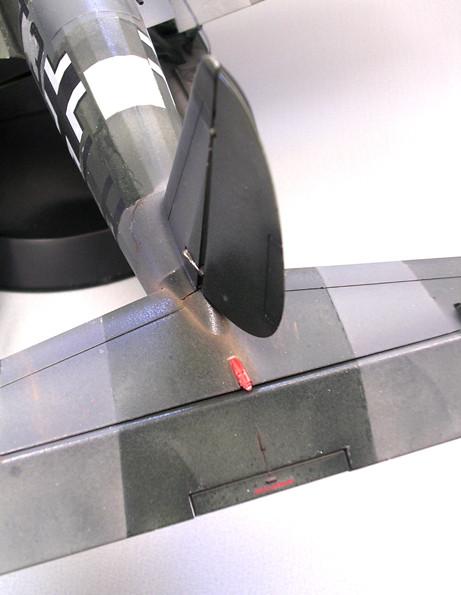 Die Positionslichter an Flügelspitzen und Heck werden mit von hinten eingefärbten Glasteilen ganz am Schluss befestigt.