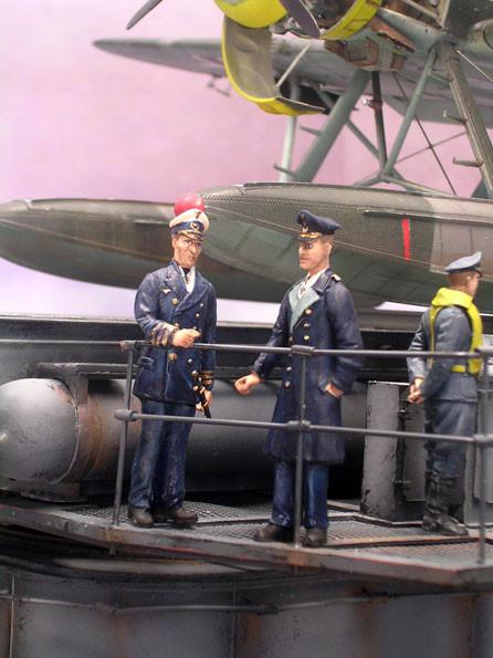 Die zwei Marineoffiziere in ihren dunkelblauen Uniformen.