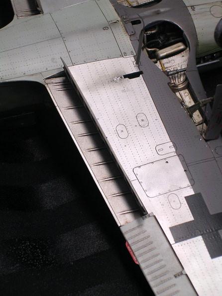 Ausgefahrene Landeklappen und Rumpfteile in Metall-Look.