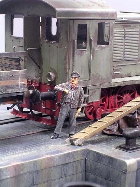 Auch der Lokführer ist eingetroffen und beobachtet die Szene skeptisch...