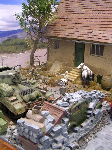 So ergibt sich zwischen Fahrzeug und Haus Platz für eine kleine Szene: die allierten Soldaten werden mit einem frischen Glas Milch direkt von der Quelle begrüßt.
