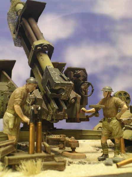 Britische Soldaten begutachten die Geschütztechnik