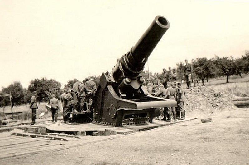 A Bloodhound To Die For 42cm Haubitze Skoda M1...