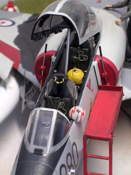 Detailliertes Cockpit mit schön gemachten Pioltenhelmen.