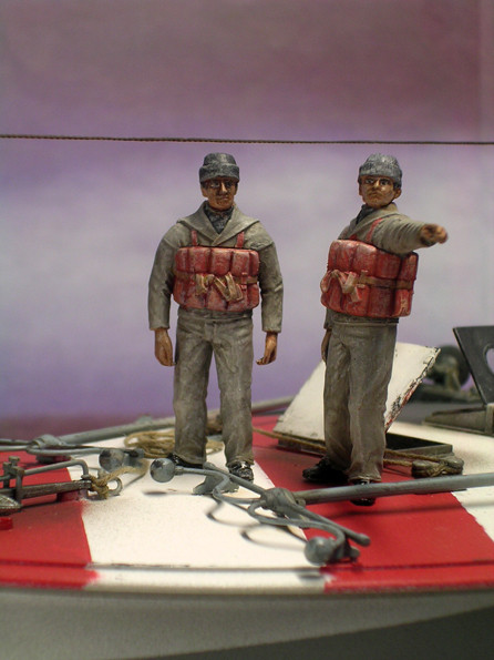Zwei Mann der italienische Besatzung machen sich zum Anlegen bereit.