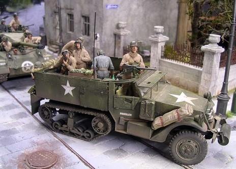 Am M21 Halbkettenfahrzeug wurden die noch offenen Munitionsluken geschlossen und die verstauten Granatwerferhülsen auf das originale Mattschwarz umgefärbt.