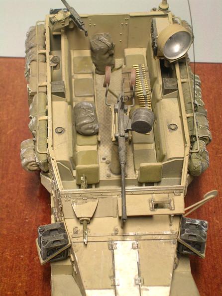 Munition und Gepäck im Innenraum und die nach wie vor bis zu 10 Sitzplätze. Beachte wiederum das MG in Kugelblende am Beifahrerplatz,