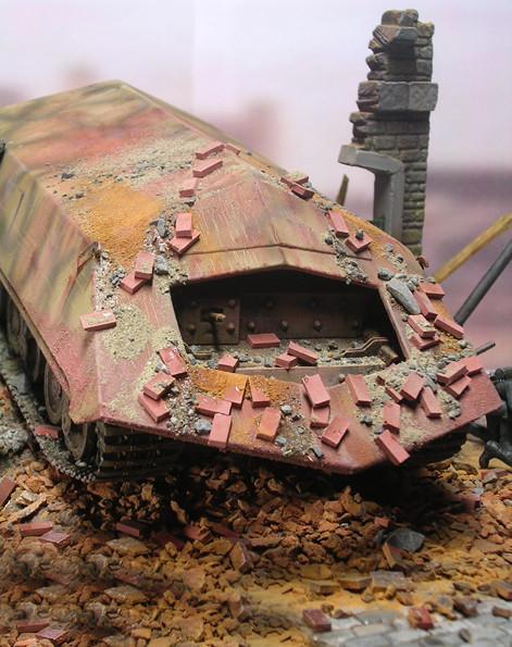 Die durchbrochene Haubenfront ermöglichte nur einen geringen Blickwinkel für den Fahrer und den MG-Schützen.