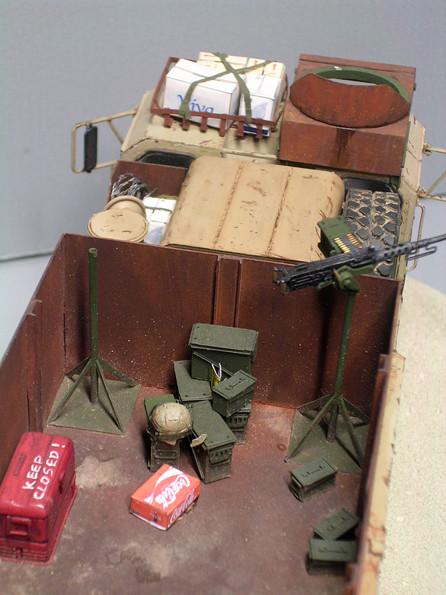 Scratch gebaute MG Lafetten und realistische Gepäckstücke schaffen einen Größenvergleich.