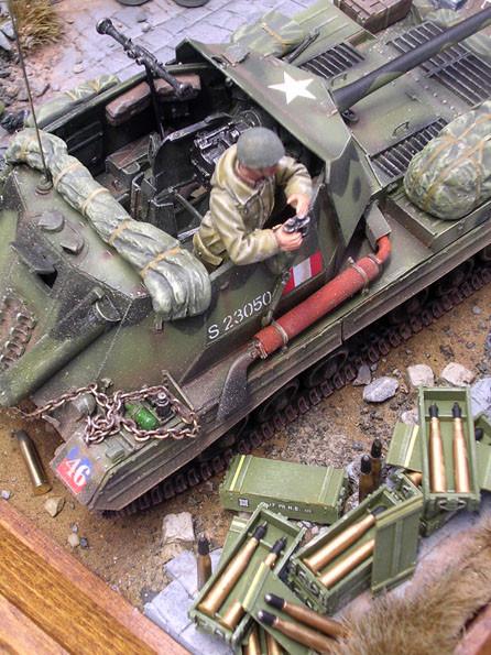 Die Munitionskisten von Bronco-mit Ätzteilen und feinsten Decals.