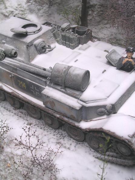 Trotz des Winters führt der Bergepanzer viele Ausrüstungsgegenstände der Truppe mit sich.