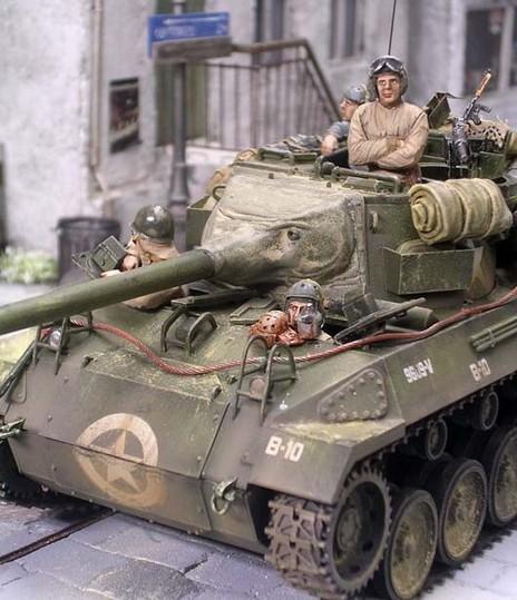 An den M18 Hellcats wurden die Abschleppseile gegen Stahlseile ausgetauscht und die Bebänderung an den vielen Gepäckstücken durch Ätzteile oder Ledergurte ersetzt.