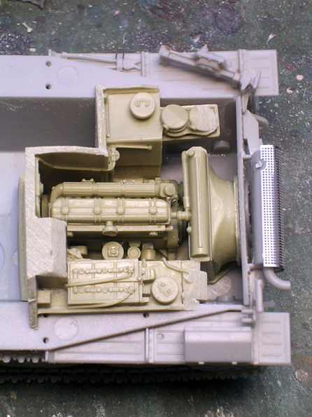 Wenn Angüsse und Teile der Trennwand zum Kampfraum gekürzt sind, passt der Praga-Motor prima in das Heck.