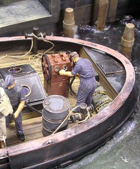 Früher gab es keine Motorkompressoren, sondern die Atemluft wurde über eine mit Handrädern versehen Pumpe und Schläuche in den Anzug des Tauchers gedrückt.