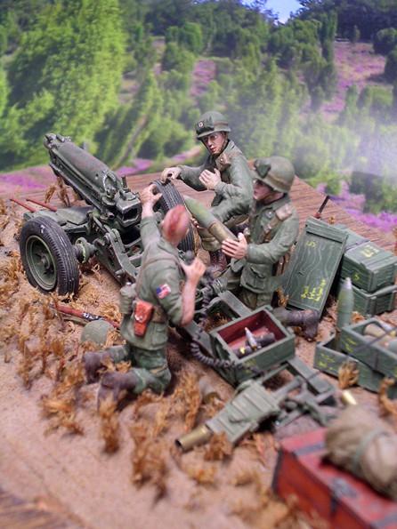 Leere Hülsen, Munitionskisten und Zubehör beleben die Szene.