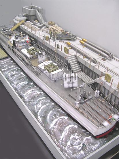 Gesamtlänge des Dioramas beträgt 120x50cm, vom Gewicht fällt eigentlich nur die recht massiv gegossene Kaianlage auf.