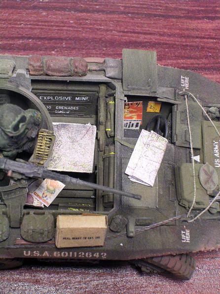 Beachte die gegurtete 12,7mm Munition aus Ätzteile und die Packstücke im Fahrzeug.