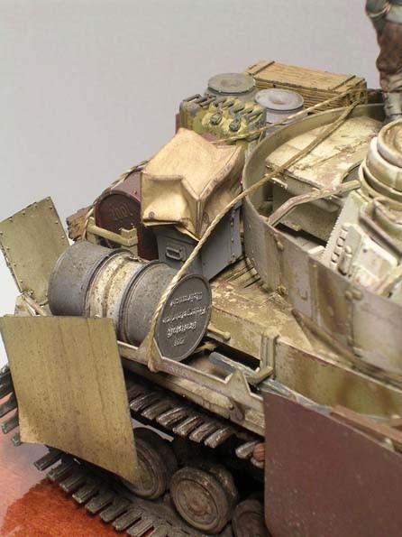 Oft von der eigenen Versorgung abgeschnitten, werden Ersatztreibstoff, Munition und Verpflegung auf dem Fahrzeugheck mitgeführt.