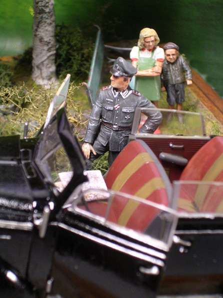 Stolze Haltung eines Offizieres-kein Wunder bei dem Auto:-)