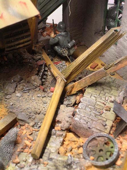 Der Mix aus Stahlresten, Holzteilen und Mauertrümmern erfordert Detailbemalung, ein intensives Washing und Trockenbemalen.