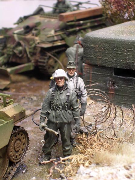 Zwei weitere Grenadiere mit Flammenwerfer und Panzerfaust in Winterwendeuniform zeugen von der Uniformvielfalt des Jahres 1945.