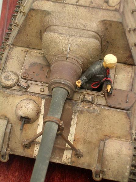 Die 12,8cm Pak auf der Rohrstütze mit der feinen Struktur der Geschützblende. Beachte auch hier die Ersatzteile im Rostanstrich.