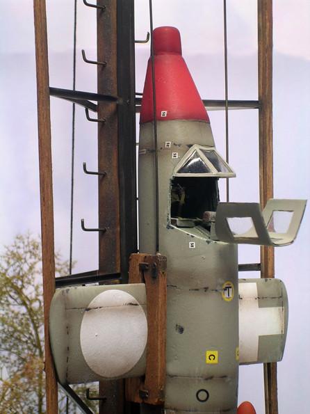 Hier ist noch die Kabinenhaube für den bemannten Flug eingebaut, die unbemannte Version liegt zum Einbau bereit. Sie verfügt über keine Sichtfenster.