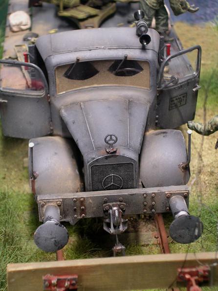 Der dominante Bug des Mercedes verschwindet als Schienenfahrzeug hinter dem Prellaufbau. Beachte das Signalhorn neu auf dem Kabinendach.