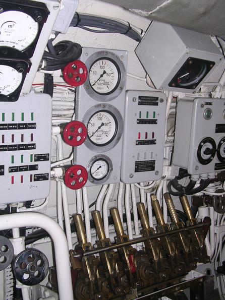 Steuerstand der Pressluftkammern mit Druckanzeigern.